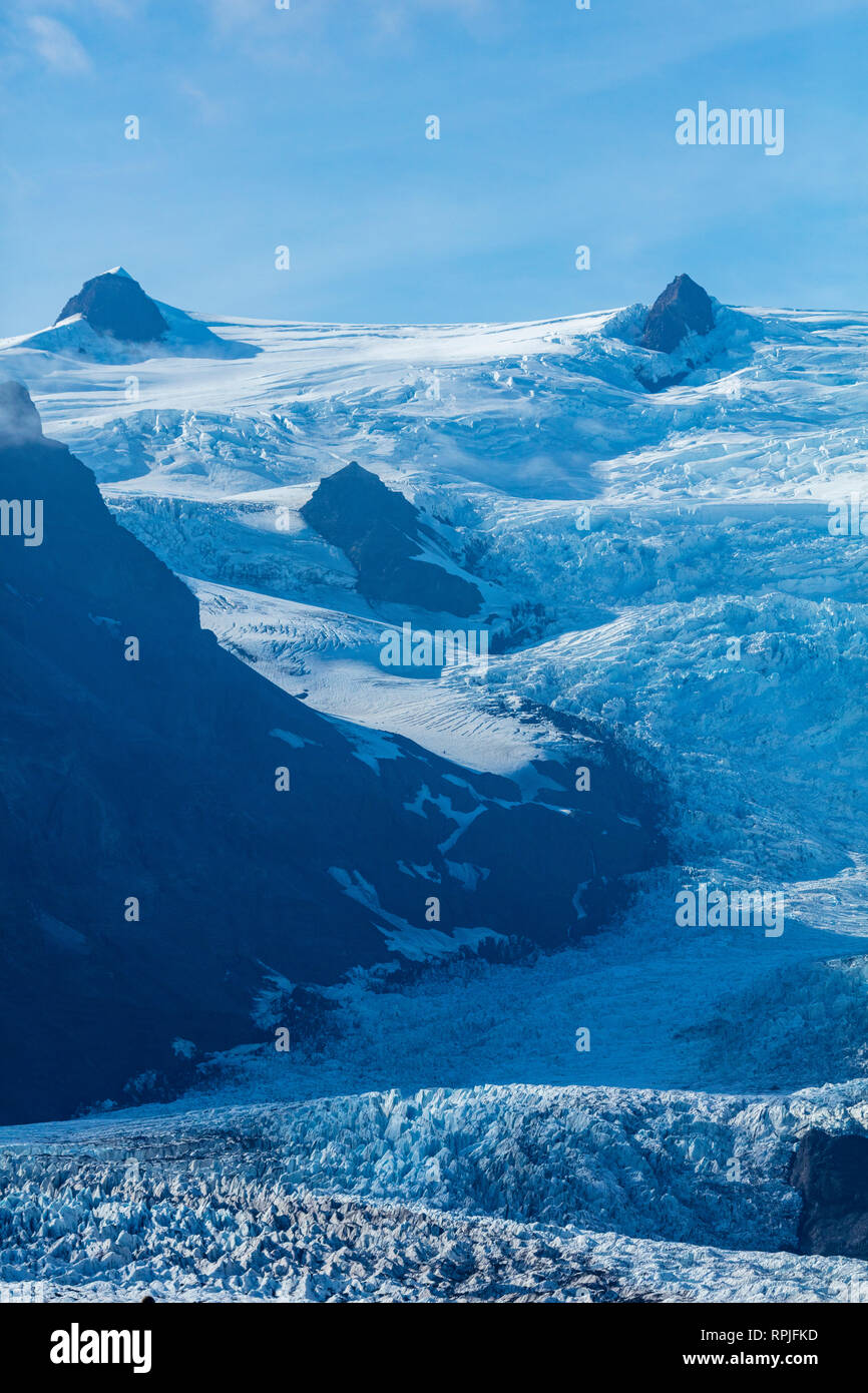 Steep crevasses in the ice fall of Kviarjokull glacier. Vatnajokull ice cap, Sudhurland, south east Iceland. - Stock Image