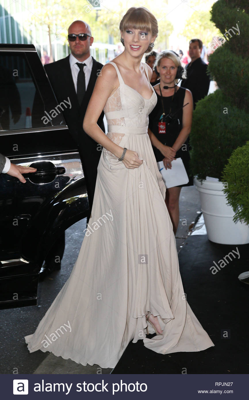 ce47efe8b72 ... Singer Taylor Swift arrives at the 20th Aria Awards 2012 in Sydney.  Taylor looked stunning in her long white sleeveless evening gown with her  hair up.