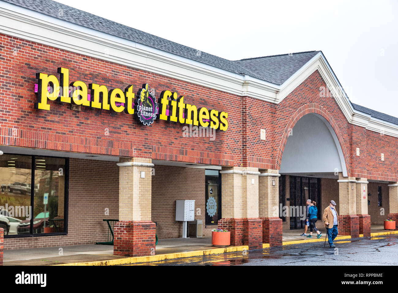 Hickory Nc Usa 2 22 19 A Planet Fitness Gym With People Entering And Exiting Stock Photo Alamy