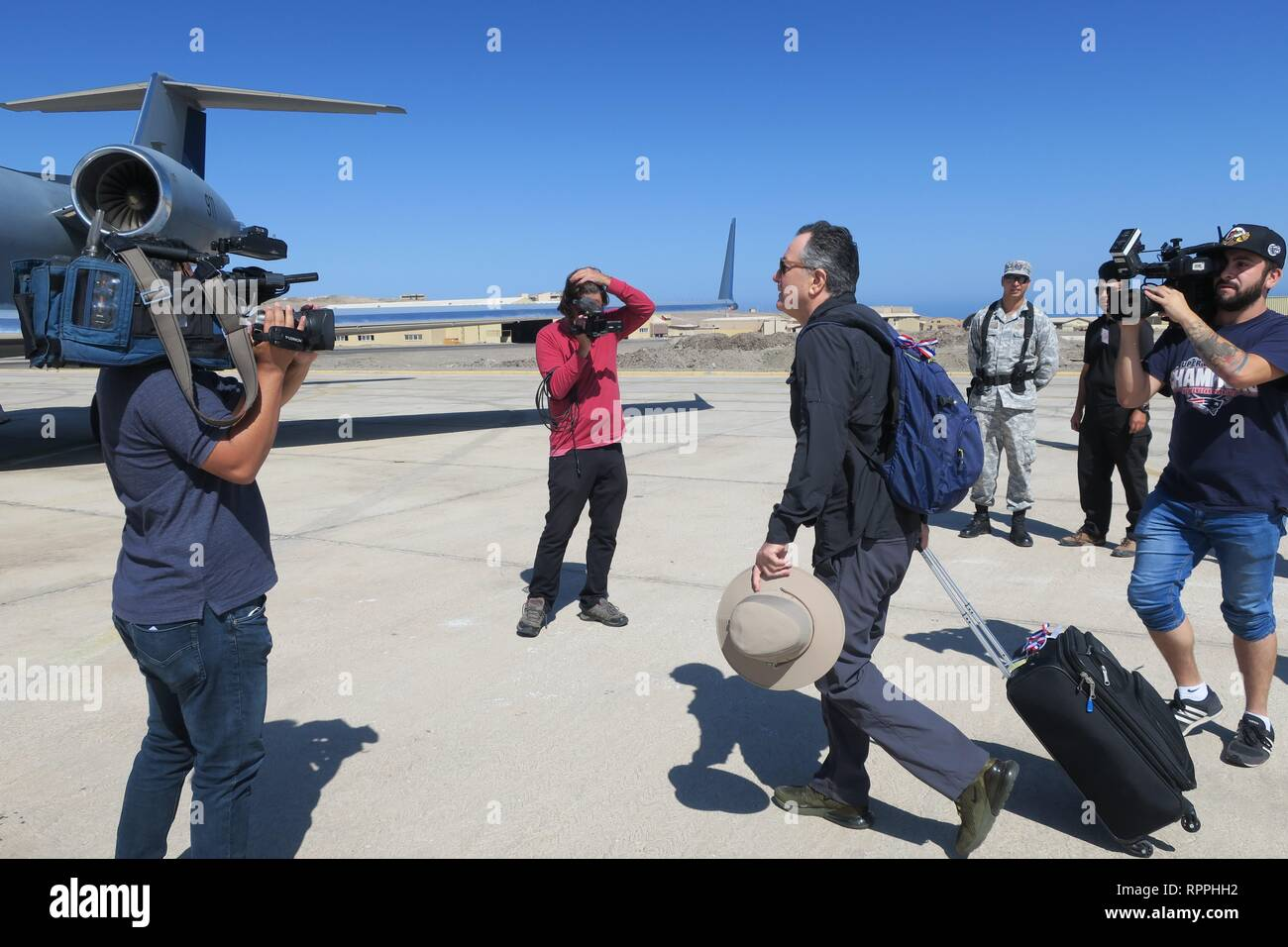 Chilean Foreign Minister Roberto Ampuero (R) gets on the G-IV plane of the Chilean Air Force to continue his trip to Cucuta (Colombia), in Iquique, Chile, 22 February 2019. Pinera was forced to change planes this Friday in the middle of his trip to the Colombian city of Cucuta due to a failure in the presidential aircraft. The Chilean leader departed from Santiago to border the Boeing 737 of the Air Force, the smallest of the two that he usually uses on his trips, to the city of Iquique, where the aircraft would load fuel to continue his route to Cucuta, where he will attend the concert Venezu - Stock Image