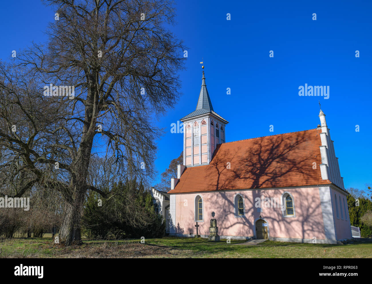 22 February 2019, Brandenburg, Criewen: The village church is picturesquely embedded in the Lenne Park of Criewen not far from the Brandenburg town of Schwedt. Criewen is situated near the Polish border, directly adjacent to the Lower Oder Valley National Park. The village was first mentioned in a document in 1354 and is therefore one of the oldest Slavic fishing villages. Sights worth seeing are the castle in the Lenne Park built for Otto von Arnim and the National Park Information Centre. Since 2003, the German Foundation for the Preservation of Monuments has also been involved in the restor - Stock Image