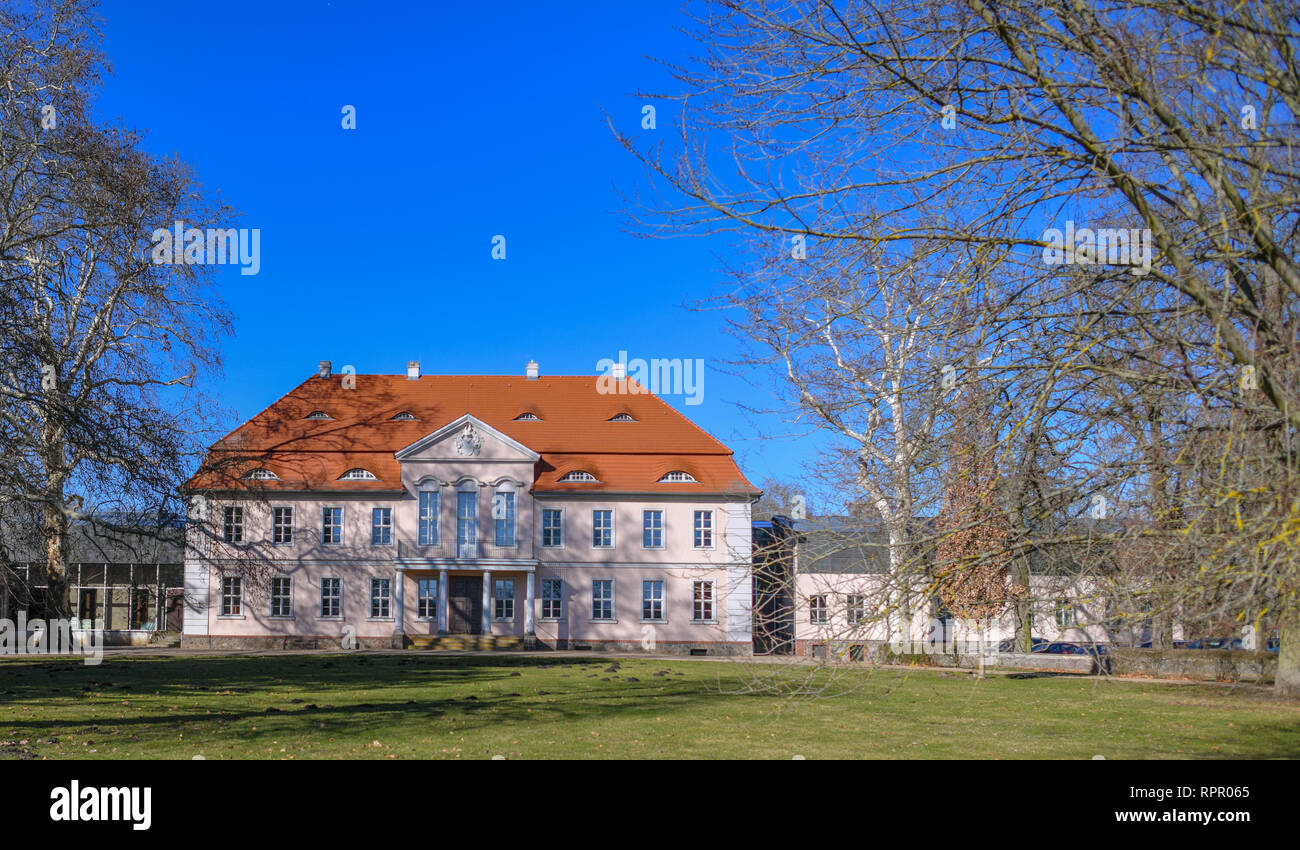 Criewen, Germany. 22nd Feb, 2019. The castle is picturesquely embedded in the Lenne Park of Criewen not far from the Brandenburg town of Schwedt. Criewen is situated near the Polish border, directly adjacent to the Lower Oder Valley National Park. The village was first mentioned in a document in 1354 and is therefore one of the oldest Slavic fishing villages. Sights worth seeing are the castle in the Lenne Park built for Otto von Arnim and the National Park Information Centre. Credit: Patrick Pleul/dpa-Zentralbild/ZB/dpa/Alamy Live News - Stock Image