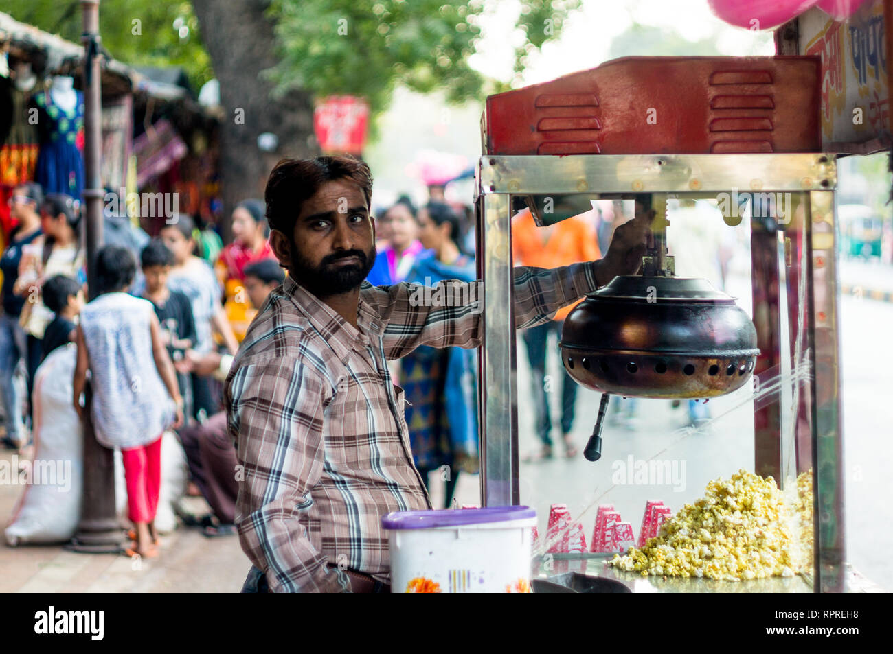 Streetside popcorn seller with a popcorn machine cart in Ahmedabad  - Stock Image