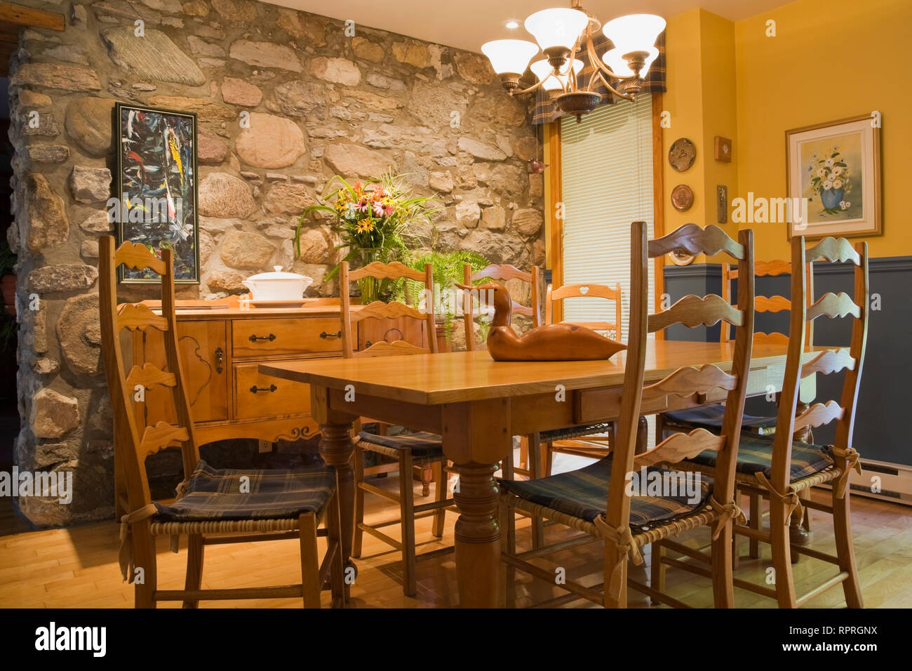 Antique table, chairs and furnishings in the kitchen of an old circa 1733 Canadiana cottage style fieldstone home - Stock Image