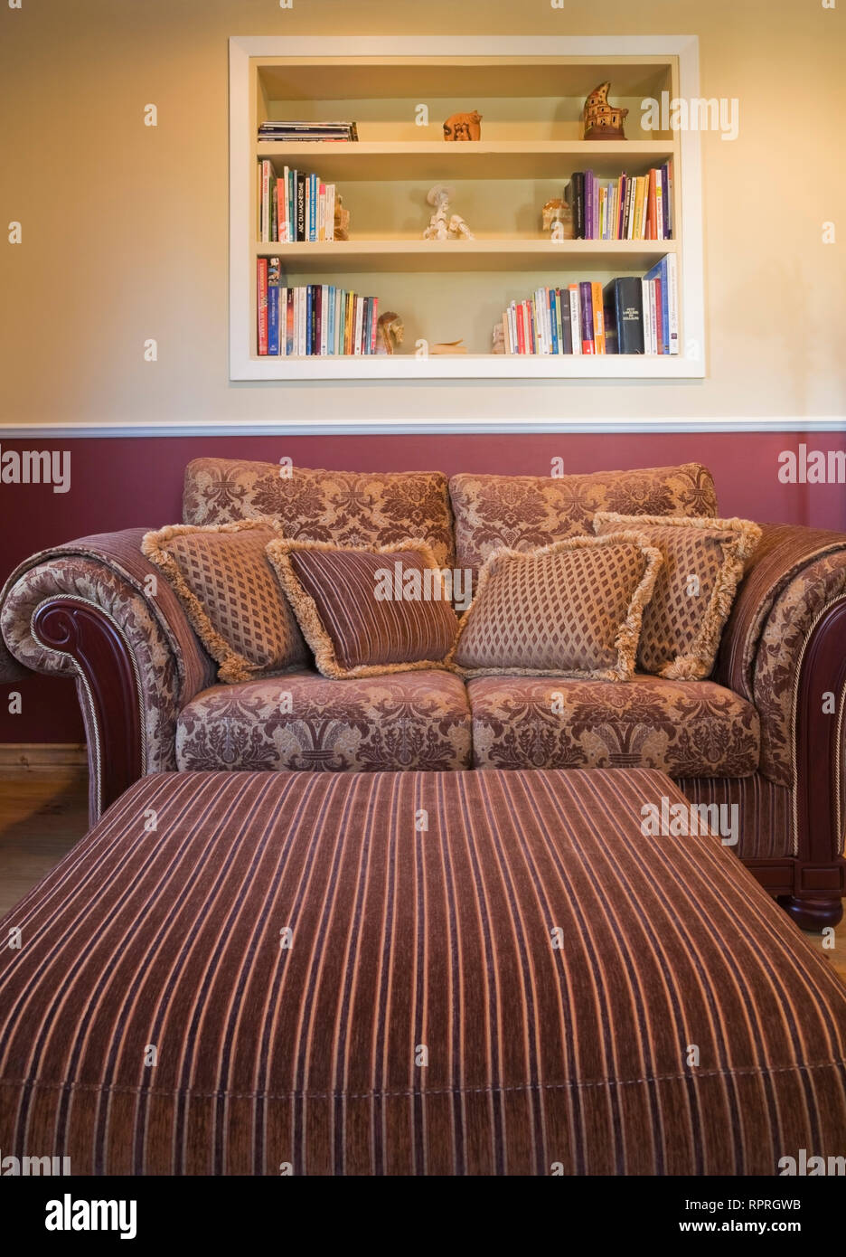 Ottoman and sofa in the study room of a 1978 reproduction of an old Canadiana cottage style log and fieldstone residential home - Stock Image