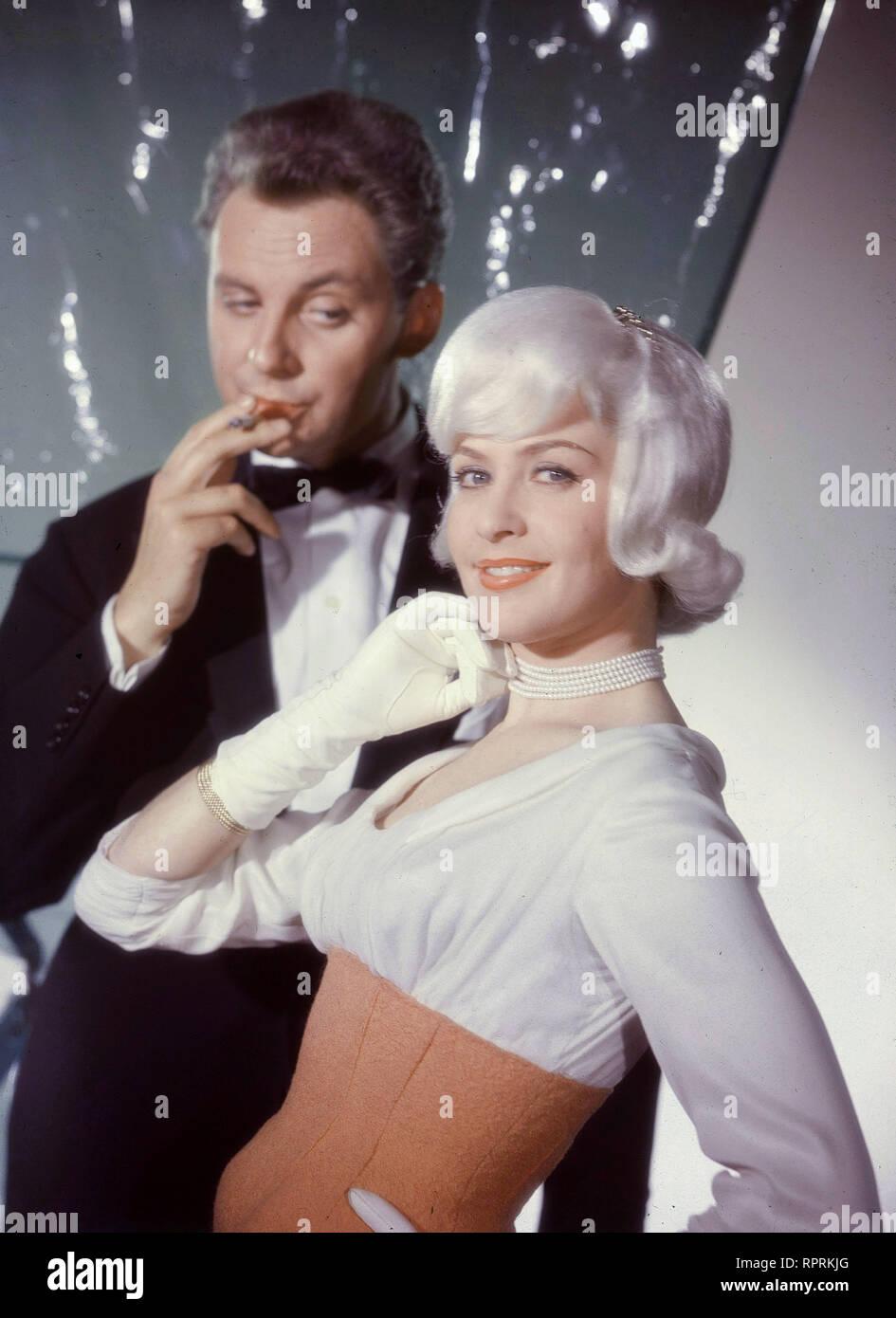 TAUSEND STERNE LEUCHTEN / BRD 1959 / Harald Philipp Ein Revuefilm mit HARALD JUHNKE (als Axel Grenner jr.) und GERMAINE DAMAR (als Patricia). C42348 - Stock Image