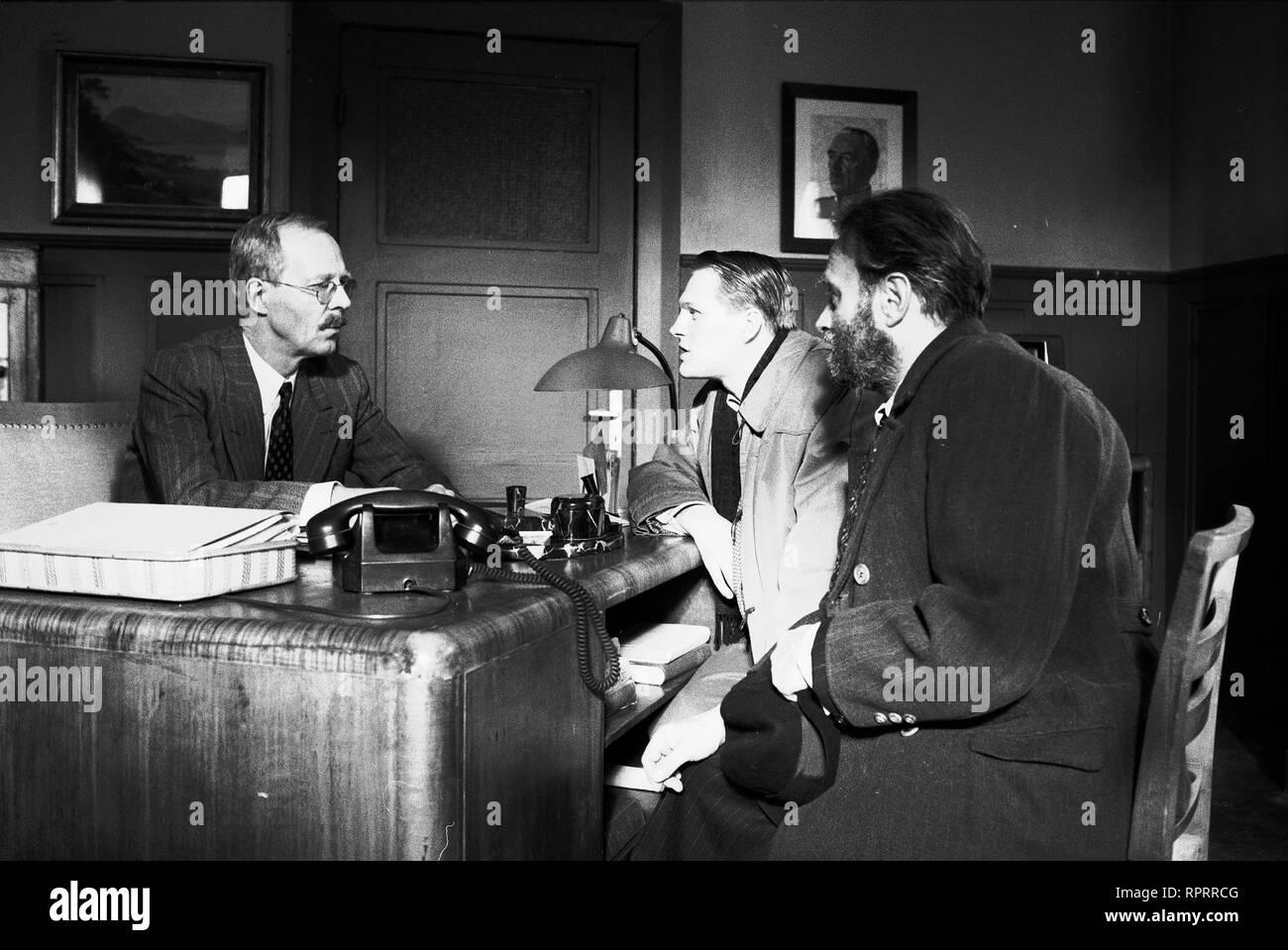KINDER DER LANDSTRAßE / Schweiz/D/Aut 1992 / Urs Egger Die Geschichte der Jana Kessel, die 1939 von Dr. Schönefeld (HANS PETER KORFF, li.), dem Leiter eines schweizerischen 'Hilfswerks', ihren Zigeunereltern weggenommen wurde, um in Heimen und bei Pflegeeltern - u.a. der Familie Mauerhofer - ein besseres Mitglied der bürgerlichen Gesellschaft zu werden. Szene mit Franz Mauerhofer (GEORG FRIEDRICH, m.) und Vater Kurt Mauerhofer (URS BIHLER). 366182 / Überschrift: KINDER DER LANDSTRAßE / Schweiz/D/Aut 1992 Stock Photo