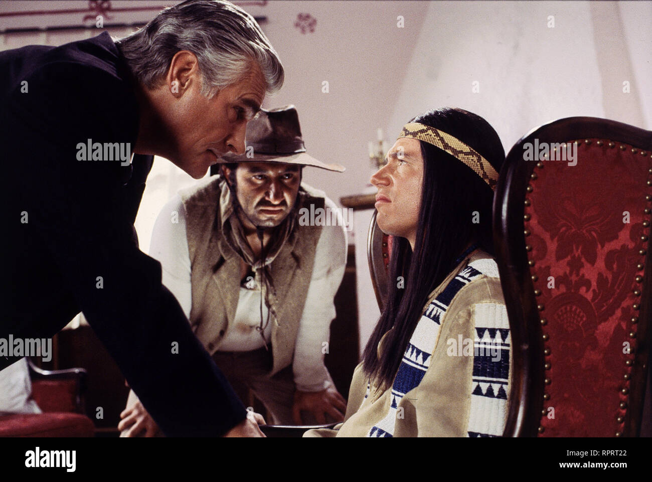 DER SCHUH DES MANITU / D 2001 / Michael 'Bully' Herbig Der Apachenhäuptling Abahachi und sein Blutsbruder Ranger sorgen im Wilden Westen für Frieden und Gerechtigkeit. Abahachi nimmt bei den Schoschonen einen Kredit zur Finanzierung eines Stamm-Lokals auf und damit beginnen die Schwierigkeiten. Der Gauner Santa Maria dreht ihm eine Schrottfassade an, brennt mit dem Geld durch und schwärzt Abahachi und Ranger bei den Schoschonen an... Foto: Santa Maria (SKY DUMONT), sein Gehilfe Hombre (HILMI SOZER) und Abahachies Zwillingsbruder Winnetouch (MICHAEL 'BULLY' HERBIG) # / Überschrift: DER SCHUH DE Stock Photo