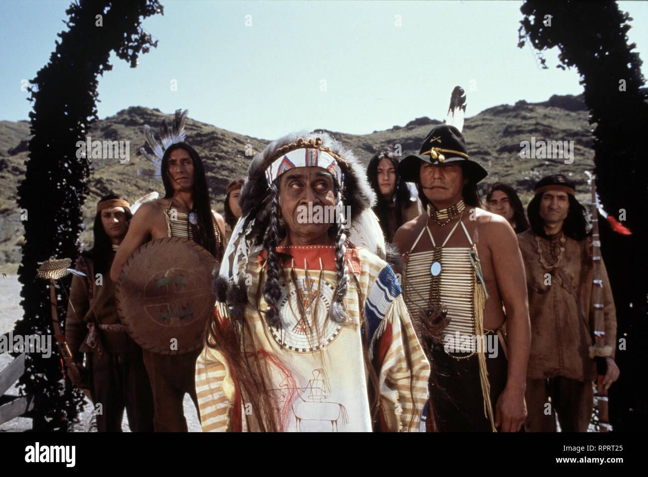 DER SCHUH DES MANITU / D 2001 / Michael 'Bully' Herbig Der Apachenhäuptling Abahachi und sein Blutsbruder Ranger sorgen im Wilden Westen für Frieden und Gerechtigkeit. Abahachi nimmt bei den Schoschonen einen Kredit zur Finanzierung eines Stamm-Lokals auf und damit beginnen die Schwierigkeiten. Der Gauner Santa Maria dreht ihm eine Schrottfassade an, brennt mit dem Geld durch und schwärzt Abahachi und Ranger bei den Schoschonen an... Foto: Schoschonen-Häuptling 'Listiger Lurch' (IRSHAD PANJATAN). # / Überschrift: DER SCHUH DES MANITU / D 2001 Stock Photo