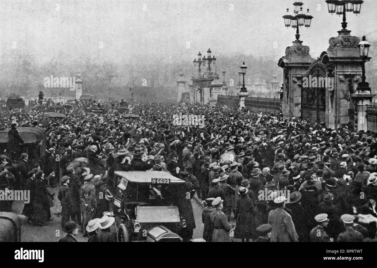 The crowed outside Buckingham Palace on Armistice Day, 11th November 1918. The first official Armistice Day events were held in the grounds of Buckingham Palace on the morning of 11th November 1919. Stock Photo