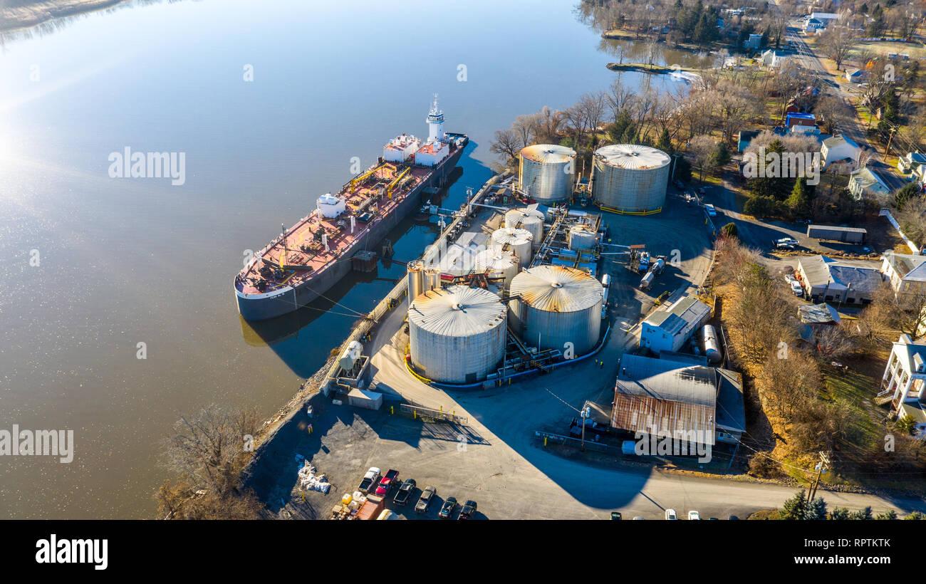 Barge loading at Peckham Industries Inc, Petroleum Refining, Athens, NY, USA Stock Photo