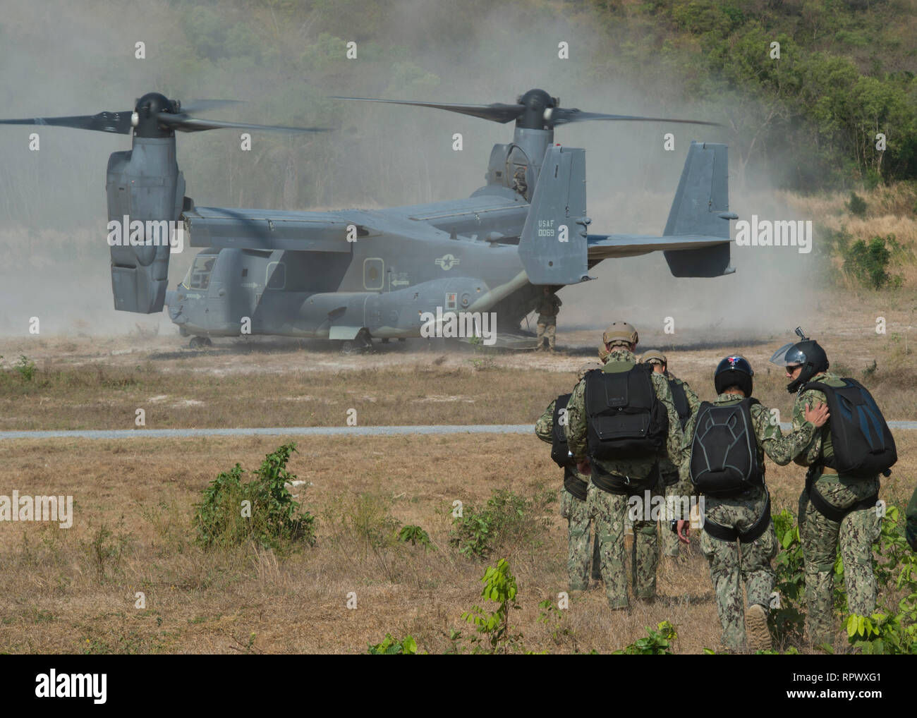 SATTAHIP, Thailand, (Feb. 21, 2019) Sailors assigned to Explosive Ordnance Disposal Mobile Unit (EODMU) 5 and Sailors from the Royal Thai Navy, participate in a joint military free-fall training during Exercise Cobra Gold 2019. Cobra Gold is a multinational exercise co-sponsored by Thailand and the United States that is designed to advance regional security and effective response to crisis contingencies through a robust multinational force to address common goals and security commitments in the Indo-Pacific region. - Stock Image