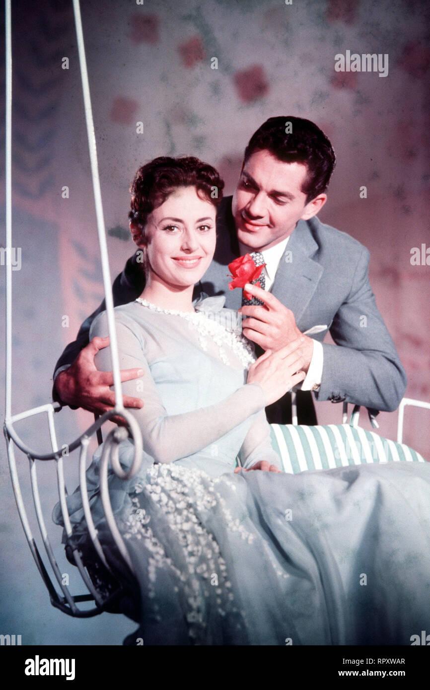 DU BIST MUSIK D 1956 - Paul Martin In einem kleinen Königreich wird der unbekannte Komponist Paul Heiden (PAUL HUBSCHMID) für den verschollenen Herrscher gehalten. Dies ist Pauls große Chance. Denn als König kann er endlich die berühmte Sängerin Marina (CATERINA VALENTE) einladen. Sie soll die Hauptrolle in der Revue übernehmen, die er eigens für sie komponiert hat. - Stock Image