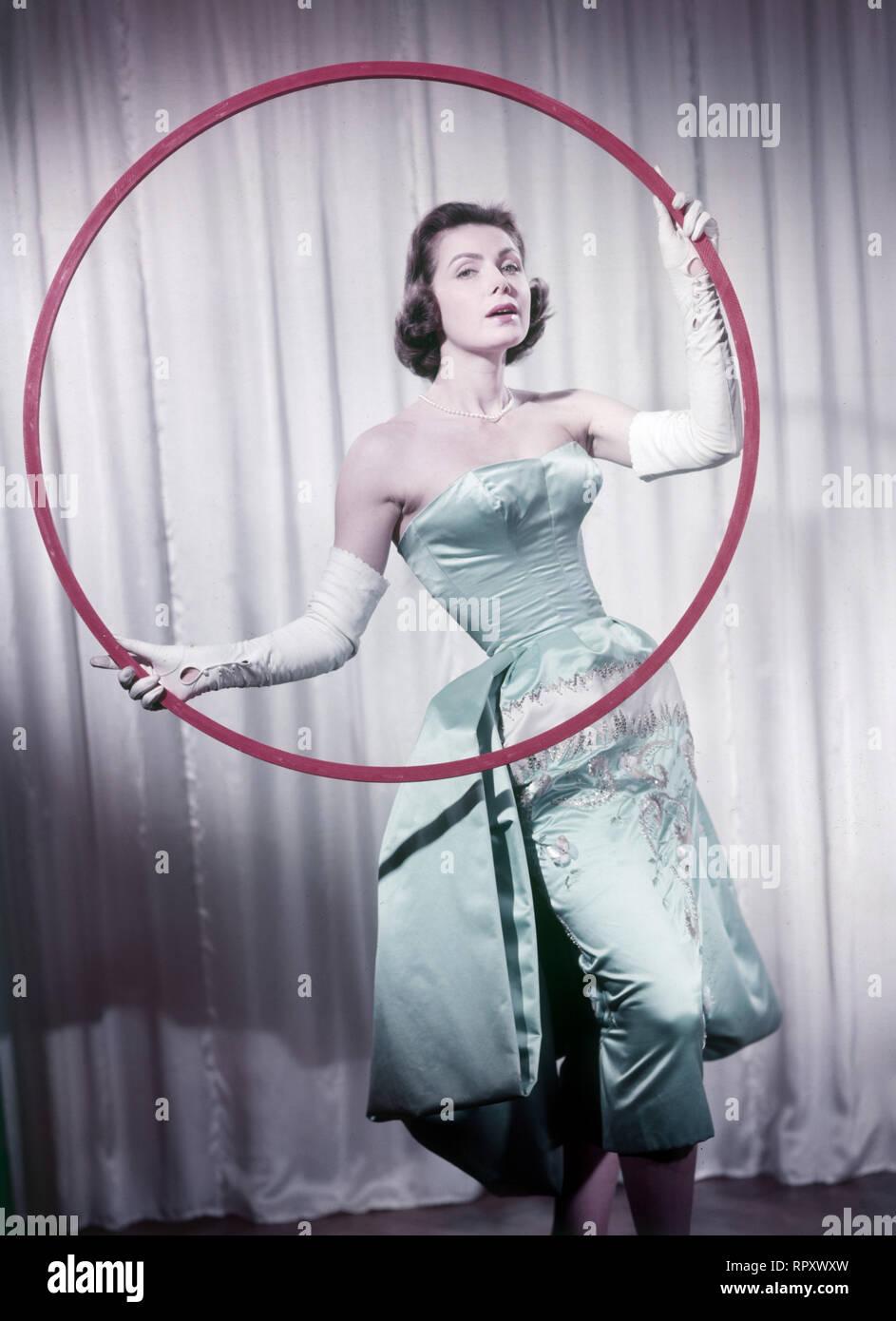 Margit Nünke, deutsche Schauspielerin und Fotomodell. Miss Germany (1955), Miss Europe (1956). Studioaufnahme zum Film: Das haut hin, 1957. German actress Margit Nuenke, model, former Miss Germany (1955) and Miss Europe (1956). Studio Still, Film Still: Das haut hin, 1957. - Stock Image