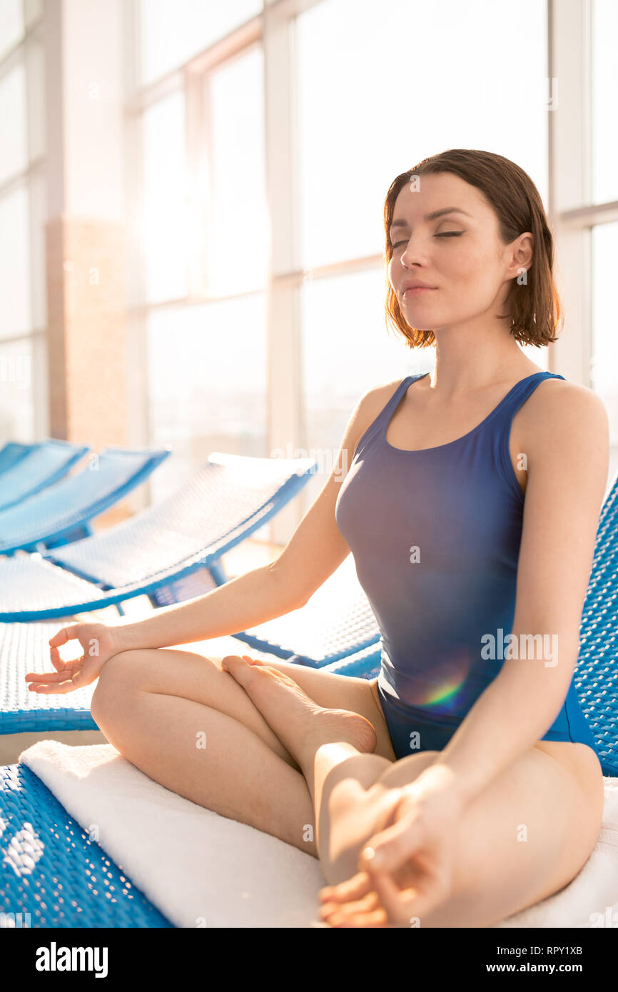 Yoga at lesiure center - Stock Image