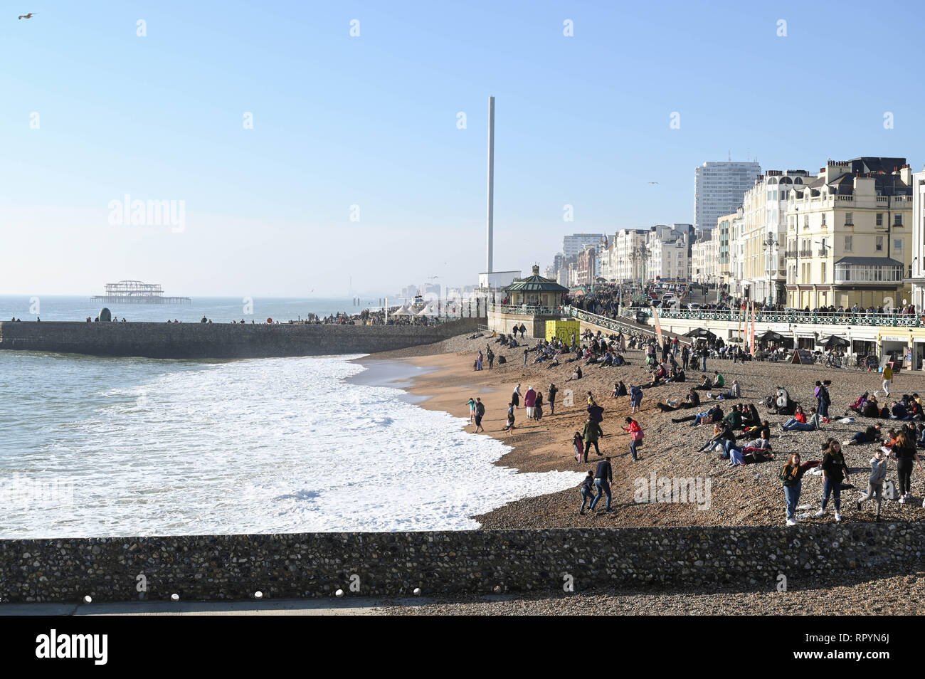 Brighton, Sussex,  UK.  23rd February 2019.  Crowds flock to Brighton beach as they enjoy the beautiful sunny and unusually warm weather for the time of year with it forecast set to continue over the next few days throughout Britain Credit: Simon Dack/Alamy Live News - Stock Image
