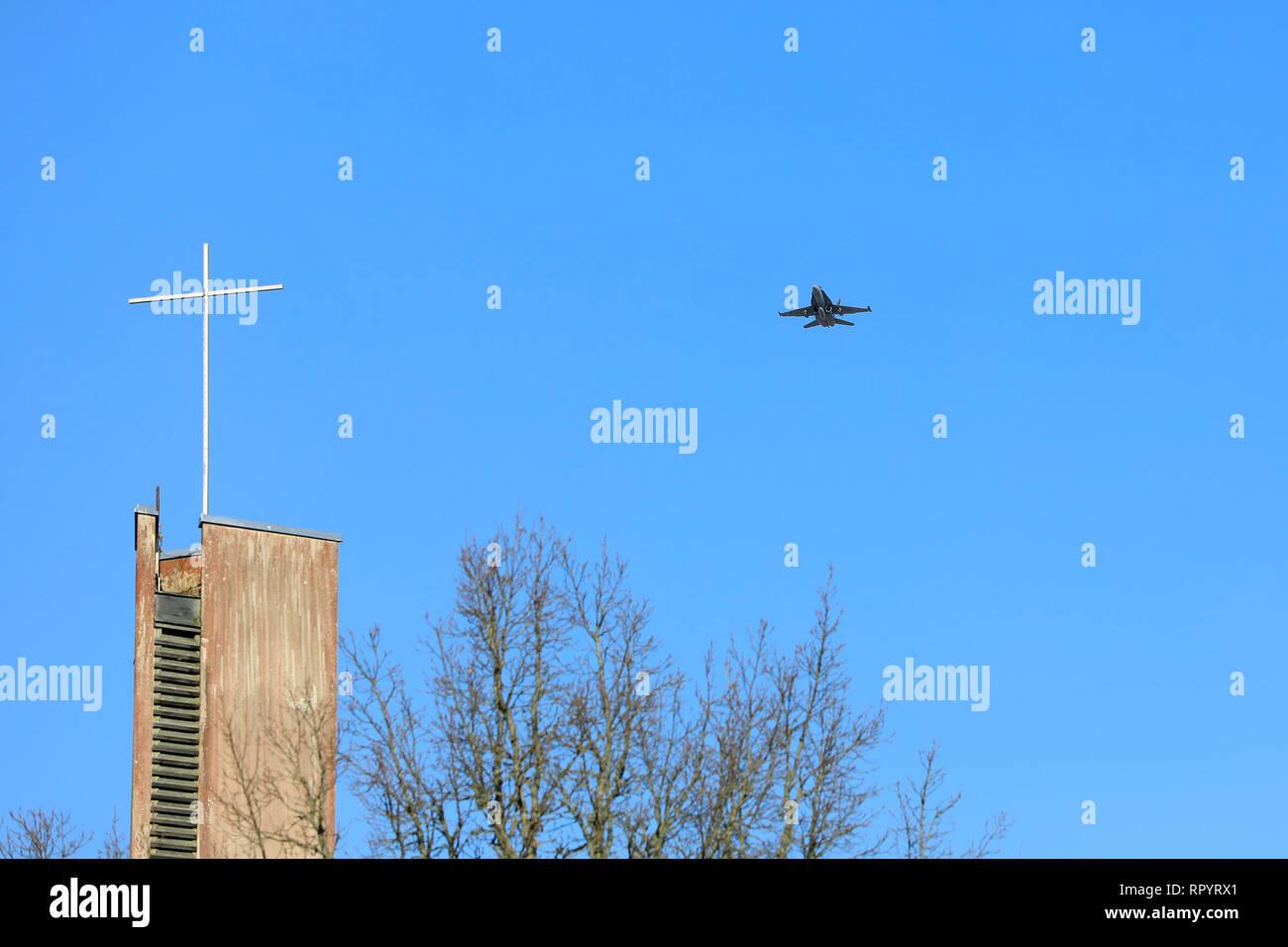 Salo, Finland .February 23, 2019: Finnish Air Force combat jet McDonnell Douglas F/A-18 Hornet flyover Helisnummi Cemetery Chapel in honor of Salo War Veteran, fighter pilot Martti Lehtovaara, deceased at 98. Image credit: Taina Sohlman/Alamy Live News Stock Photo