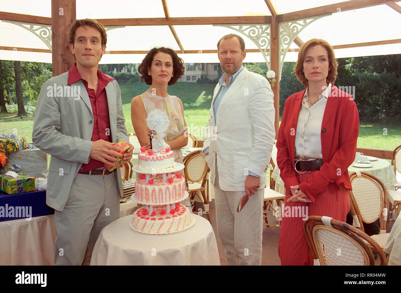 WENN ZWEI SICH TRAUEN / D 2001 / Matthias Steurer Die Geschichte von zwei Paaren auf einer Hochzeit in Potsdam: OLIVER MOMMSEN (als Max Springer), MARIE-LOU SELLEM (als Melanie Springer), AXEL MILBERG (als Tom Friedmann), AGLAIA SZYSZKOWITZ (als Jenny Weiss). # / Überschrift: WENN ZWEI SICH TRAUEN / D 2001 - Stock Image