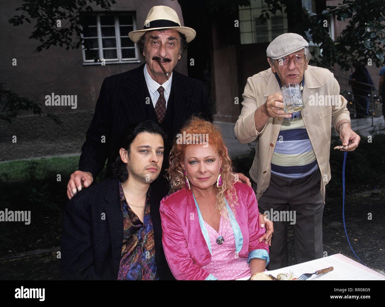 KAISERMÜHLEN BLUES / Hof-Konzert / Reinhard Schwabenitzky Szene beim Gemeindefest: FRITZ HAMMEL (Joszi Papai), GIDEON SINGER (Vater Papai), BRIGITTE NEUMEISTER (Frau Turecek), WALTER LANGER (Herr Kudrnac) C42725 / Überschrift: KAISERMÜHLEN BLUES Stock Photo