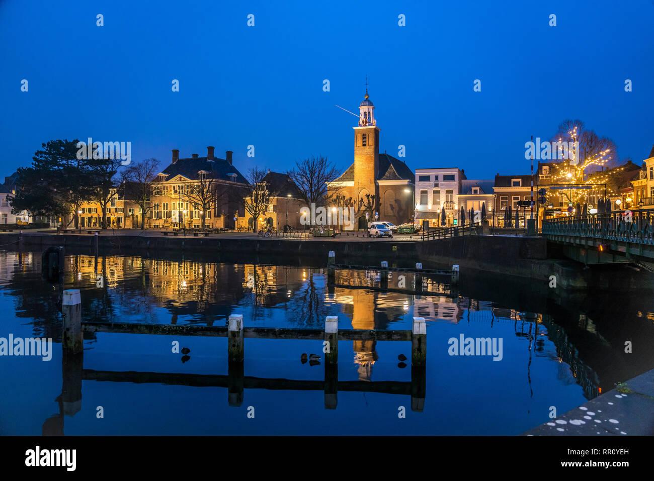Stadtansicht mit Hafen und Kirche Vestingkerk in derAbenddämmerung, Hellevoetsluis, Südholland, Niederlande     city view with harbour and church Vest Stock Photo