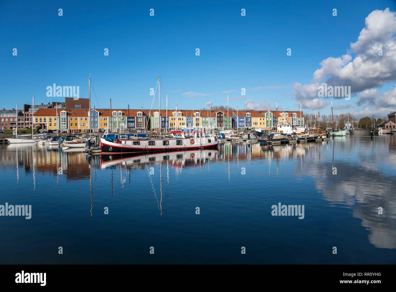 Hafen und bunte Häuser in Hellevoetsluis, Südholland, Niederlande  |  harbour and colourful homes  in Hellevoetsluis, South Holland, Netherlands Stock Photo