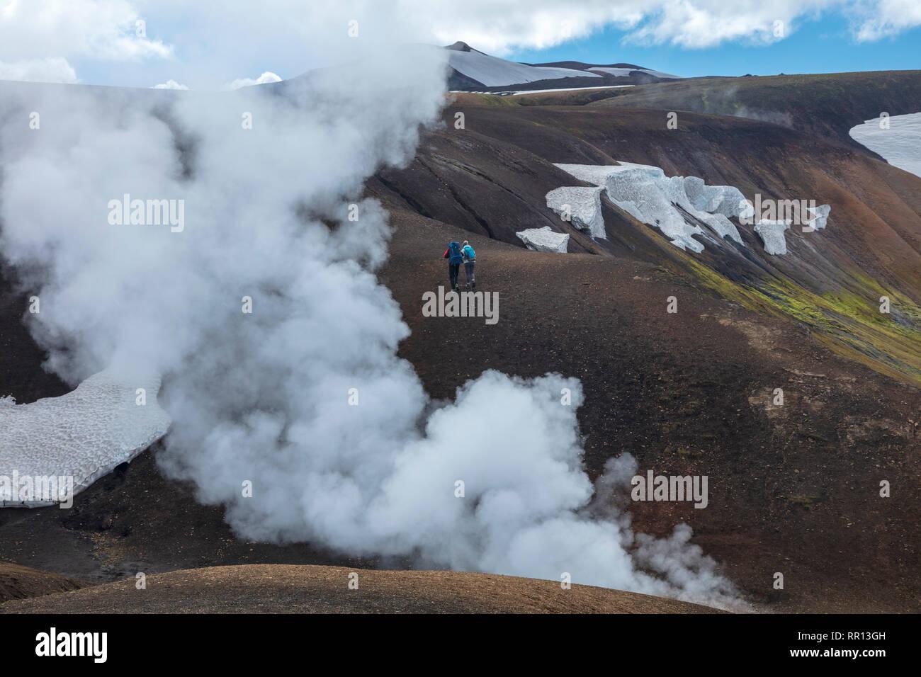 Hikers on the Laugavegur trail near Storihver hot springs, between Landmannalaugar and Hrafntinnusker. Central Highlands, Sudhurland, Iceland. - Stock Image
