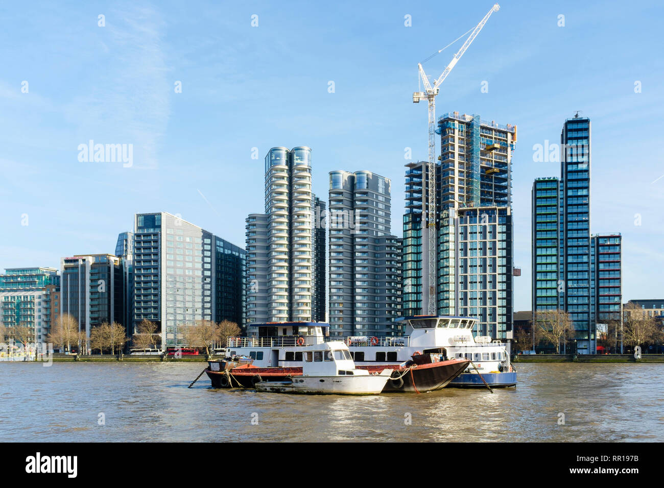 Upmarket riverside apartments, Albert Embankment, River Thames, London, UK (image C79NAW for site before development). - Stock Image