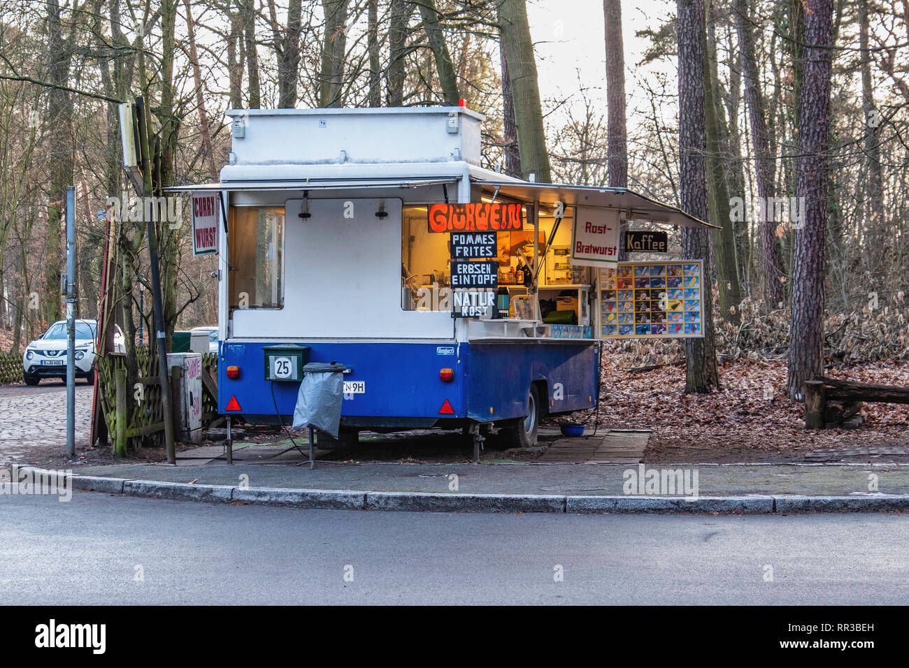 Berlin- Zehlendorf. Krumme Lanke.Caravan fast food outlet selling food and drink. Bratwurst, Chips & Gluhwein Stock Photo