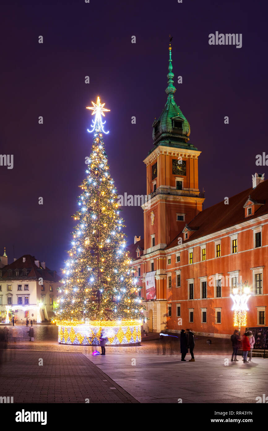 Poland, city of Warsaw, illuminated Christmas tree and Royal Castle at night in the Old Town - Stock Image