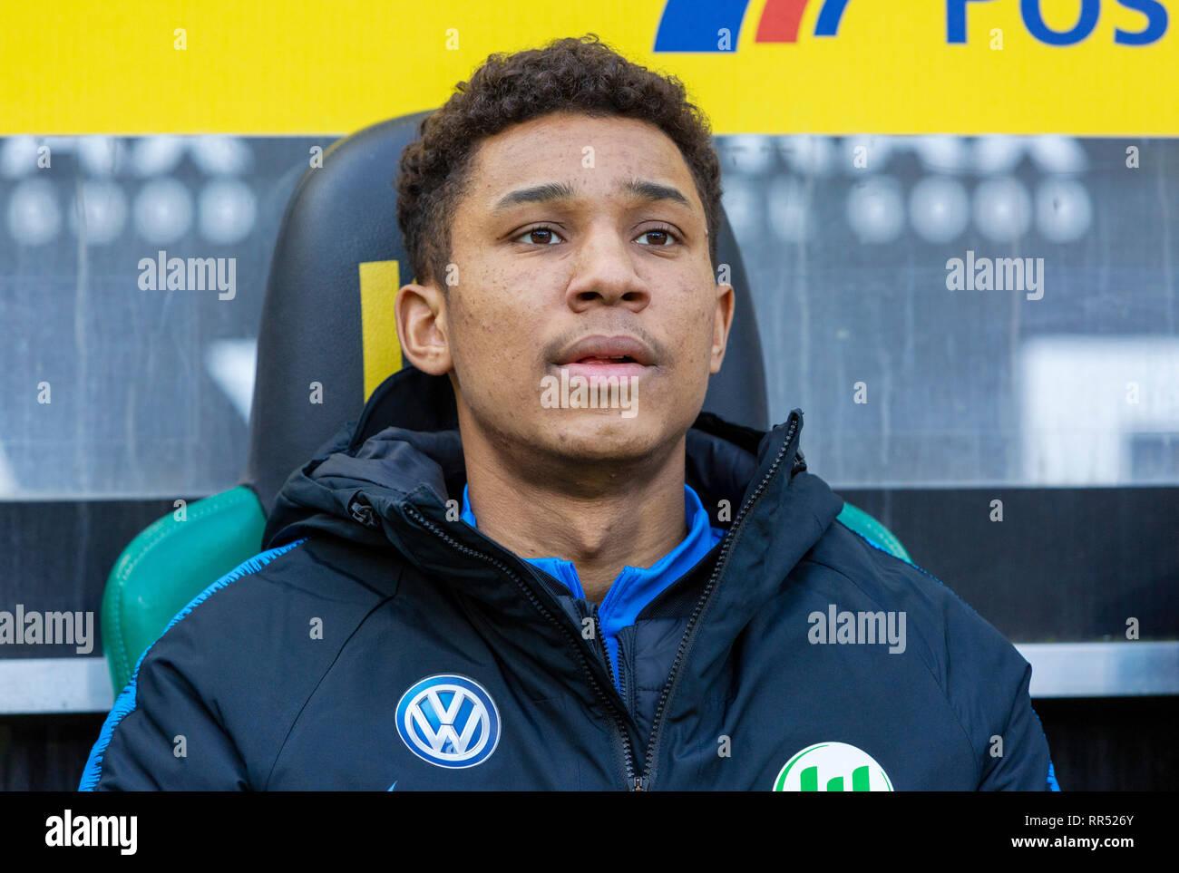 sports, football, Bundesliga, 2018/2019, Borussia Moenchengladbach vs VfL Wolfsburg 0-3, Stadium Borussia Park, players bench, Ohis Felix Udookhai (Wolfsburg), DFL REGULATIONS PROHIBIT ANY USE OF PHOTOGRAPHS AS IMAGE SEQUENCES AND/OR QUASI-VIDEO - Stock Image