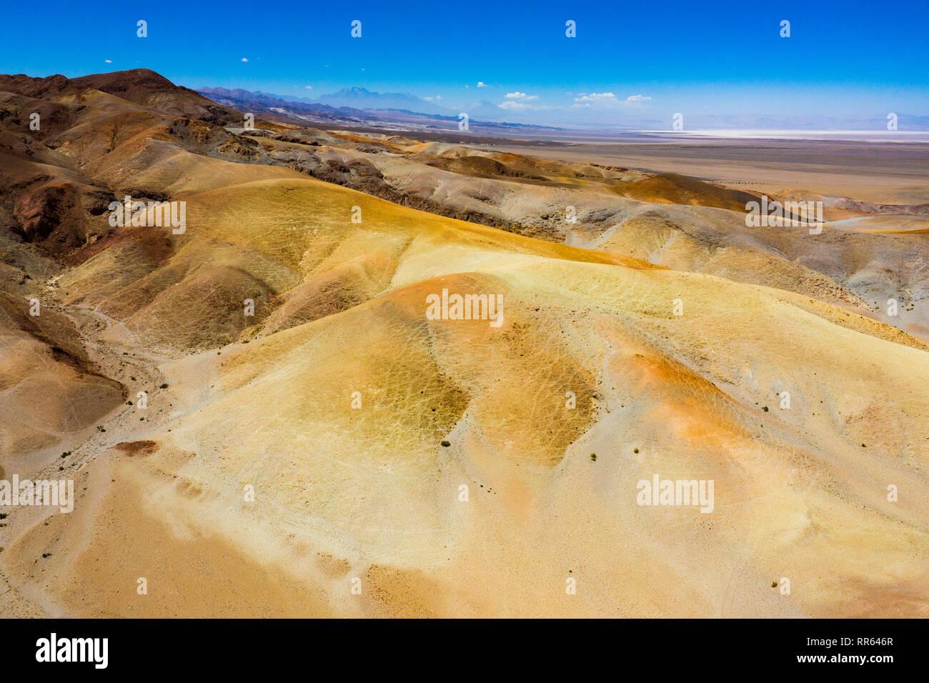 Luftaufnahme der mineralienhaltigen Erdoberflaeche der Atacama Wueste. - Stock Image