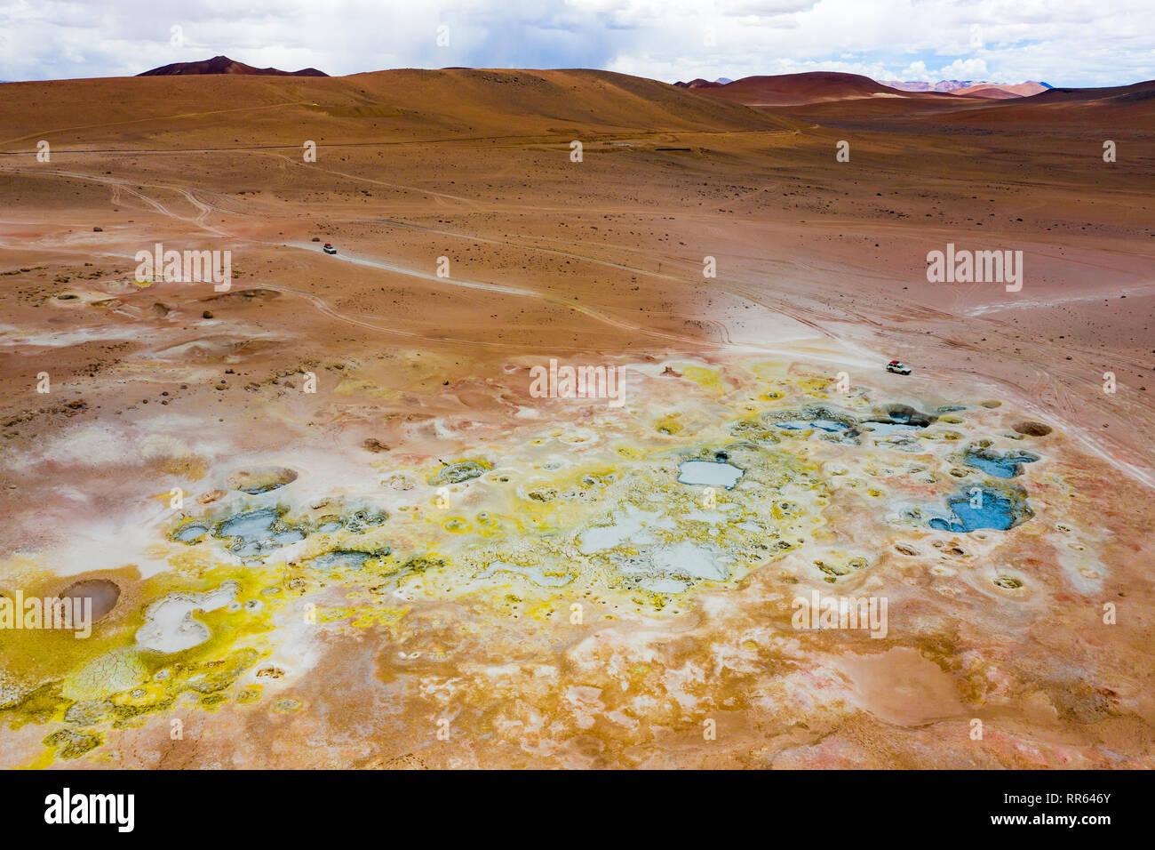 Luftaufnahme, bunte Schlammloecher des Geothermalgebiets Sol de Mañana in Potosi, Bolivien aus der Luft fotografiert - Stock Image