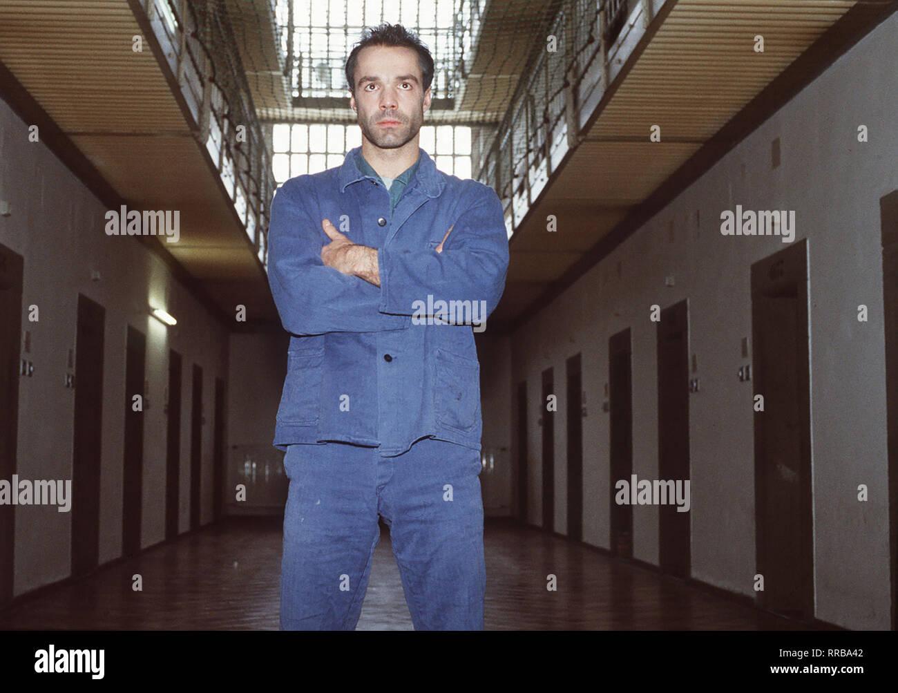 HANNES JAENICKE - Bankräuber Siegfried Dennery - im Gefängnis. Regie: Wolfgang Mühlbauer / Überschrift: DER RÄUBER MIT DER SANFTEN HAND / BRD 1995 Stock Photo