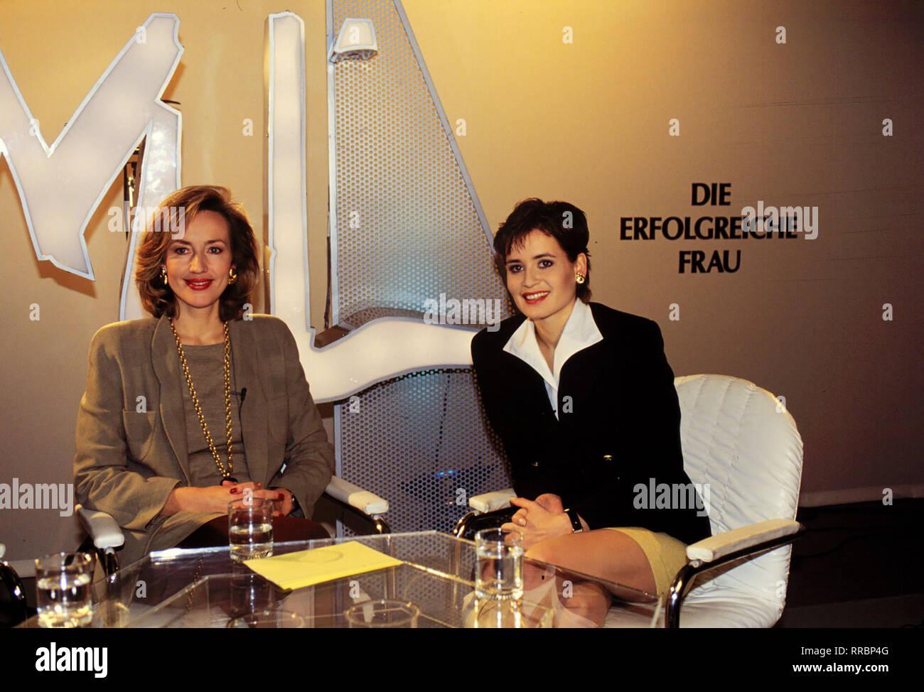 """Heike Hagedorn (ANJA KLING, r.) ist eingeladen als Gast zu einer Sendung des ZDF-Frauenjournals """"Mona Lisa"""" unter Leitung von PETRA GERSTER. Thema heute: Managerinnen. aka. Gute Vorsätze / Überschrift: HAGEDORNS TOCHTER Stock Photo"""