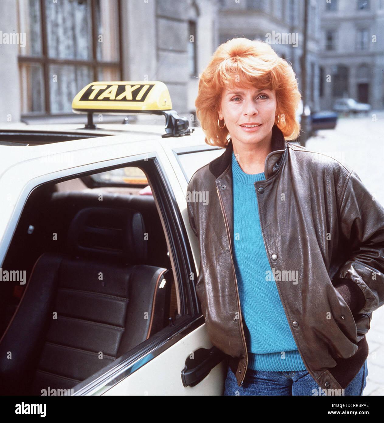 """DIE SCHNELLE GERDI / TV-Serie - D 1989 - Michael Verhoeven / 1. Heldin des Tages / Eine Frau mit vielen Gesichtern, eine Frau in den besten Jahren, geschieden, Tochter erwachsen, ein Hund: Die Rede ist von Gerda Angerpointer (SENTA BERGER), Mittvierzigerin und selbständige Taxifahrerin in München, die dafür bekannt ist, daß sie Tempo macht - am Steuer ebenso wie im Privaten. Spitzname: """"Die schnelle Gerdi"""". / 34750 / , 23DFABRSCH1 / Überschrift: DIE SCHNELLE GERDI / BRD 1989 Stock Photo"""