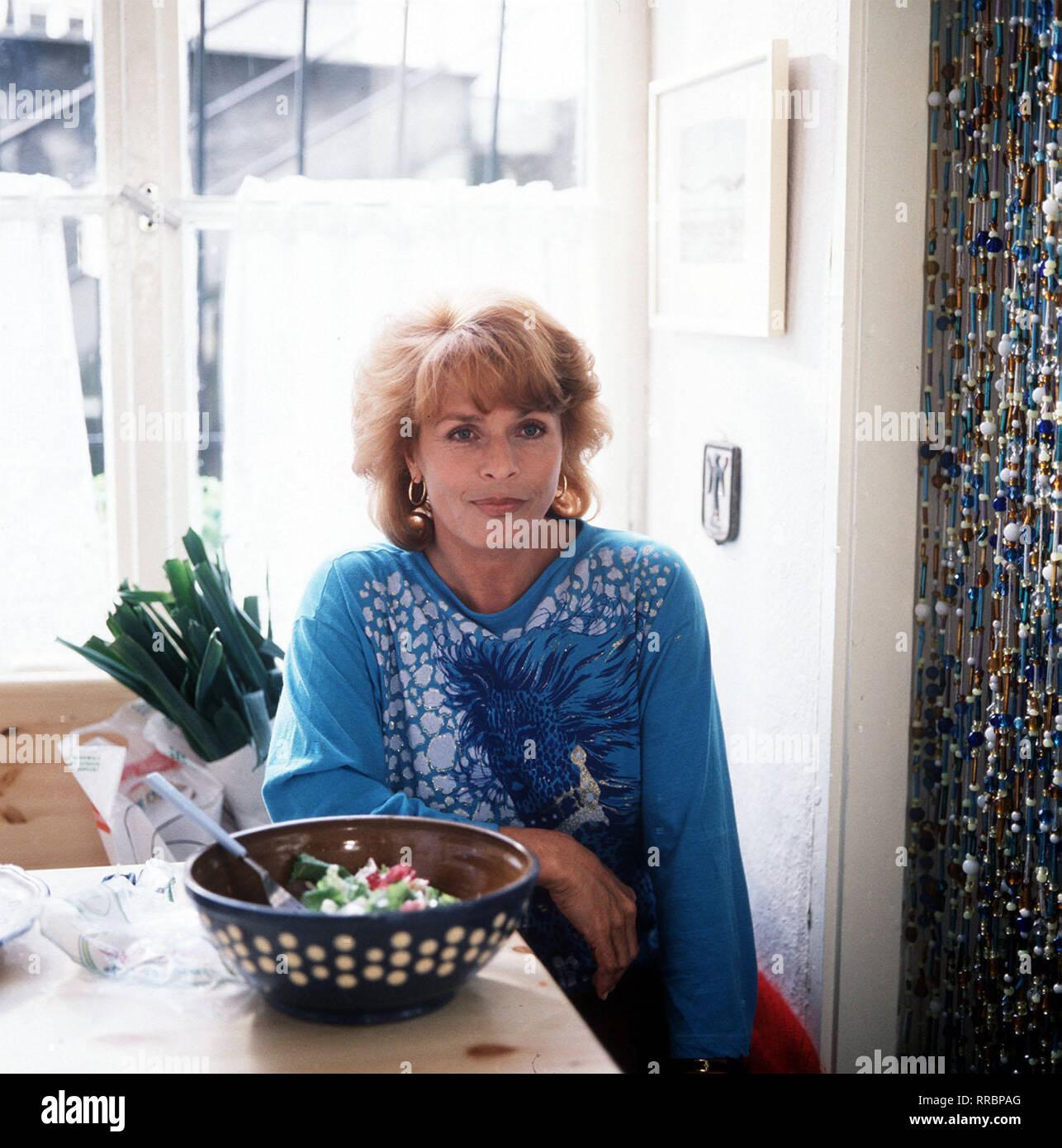 DIE SCHNELLE GERDI / TV-Serie - D 1989 - Michael Verhoeven / 1. Heldin des Tages / Eine Frau mit vielen Gesichtern, eine Frau in den besten Jahren, geschieden, Tochter erwachsen, ein Hund: Die Rede ist von Gerda Angerpointer (SENTA BERGER), Mittvierzigerin und selbständige Taxifahrerin in München, die dafür bekannt ist, daß sie Tempo macht - am Steuer ebenso wie im Privaten. Spitzname: 'Die schnelle Gerdi'. / 34750 / , 23DFABRSCH2 / Überschrift: DIE SCHNELLE GERDI / BRD 1989 - Stock Image