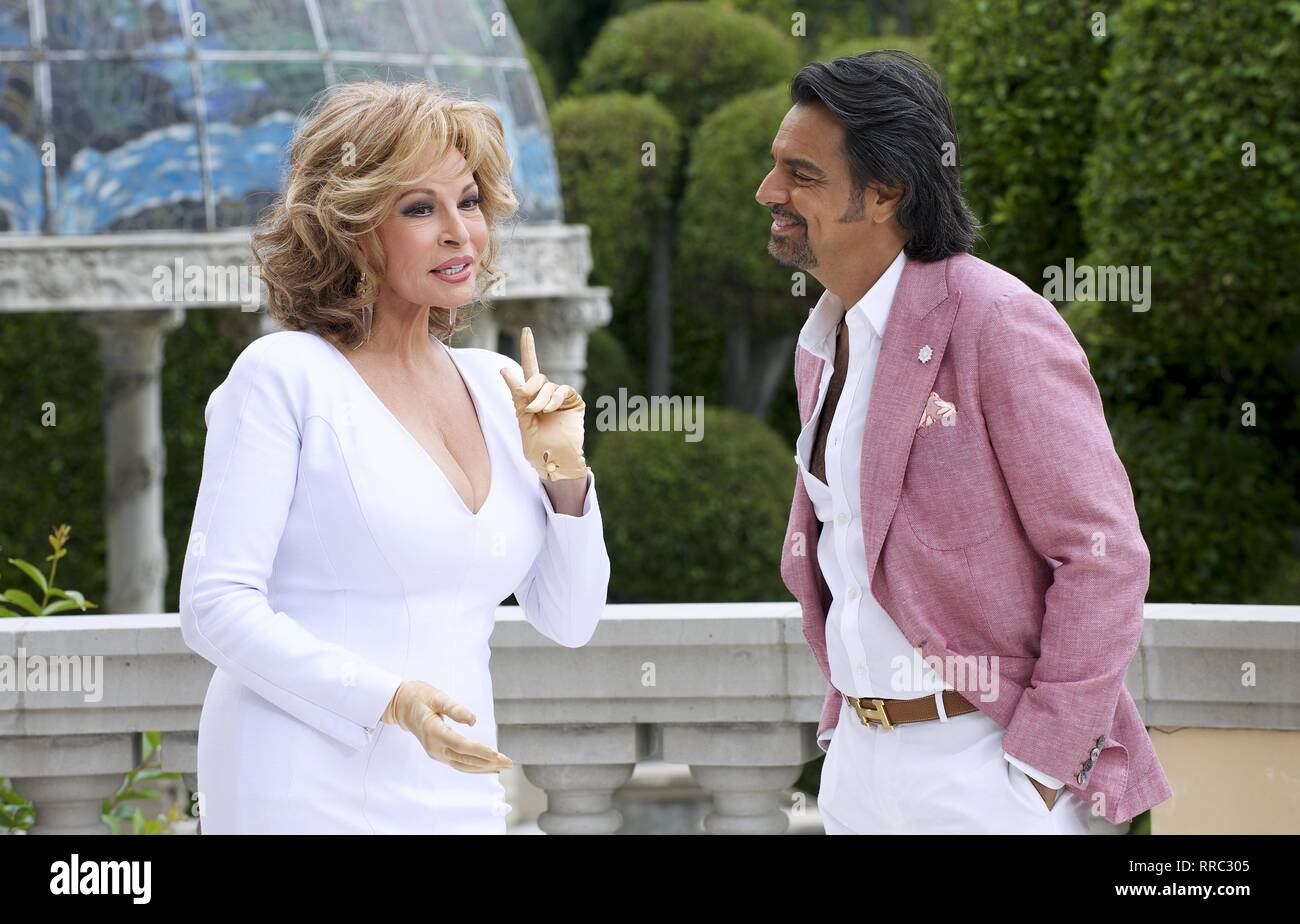 HOW TO BE A LATIN LOVER, RAQUEL WELCH , EUGENIO DERBEZ, 2017 - Stock Image