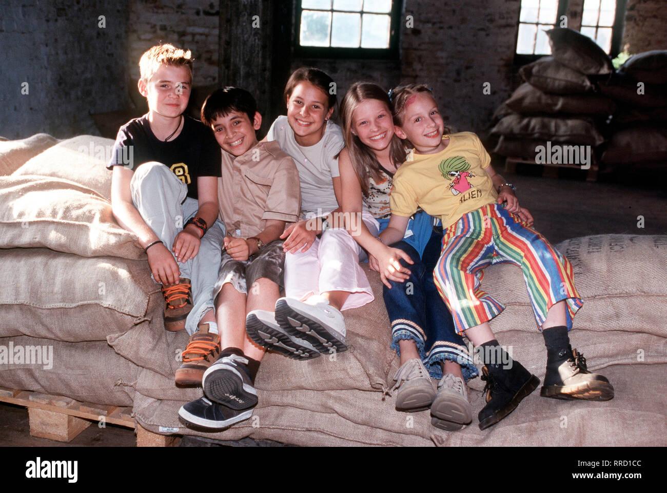 DIE PFEFFERKÖRNER  Kinderkan. 1530 Die Hauptdarsteller von Links nach Rechts: Fiete (JULIAN PAETH),Cem (IHSAN AY), Jana (ANNA-ELENA HERZOG), Natascha (VIJESSA FERKIC) und Vivi (AGLAJA BRIX). Regie: Matthias Steurer aka. 1.Abgezogen / Überschrift: DIE PFEFFERKÖRNER / BRD 1999 - Stock Image