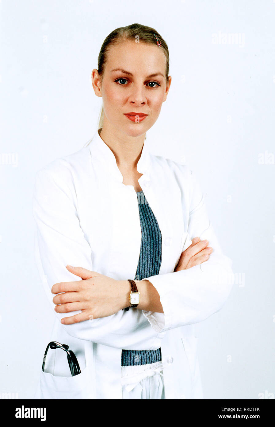 """FIEBER - ÄRZTE FÜR DAS LEBEN - AiPlerin Katja Heinrich (MARLENE MARLOW) beeindruckt Gottfried mit ihren ausgezeichneten Kennt- nissen - speziel über Skorpione. Die sind auch dringend nÜtig, als der alte Herr Krüger von seinem """"Haustier"""" gestochen wurde und sofort ärztlich behandelt werden muß... Regie: Rolf Liccini  / Überschrift: FIEBER - ÄRZTE FÜR DAS LEBEN / BRD 1999 Stock Photo"""