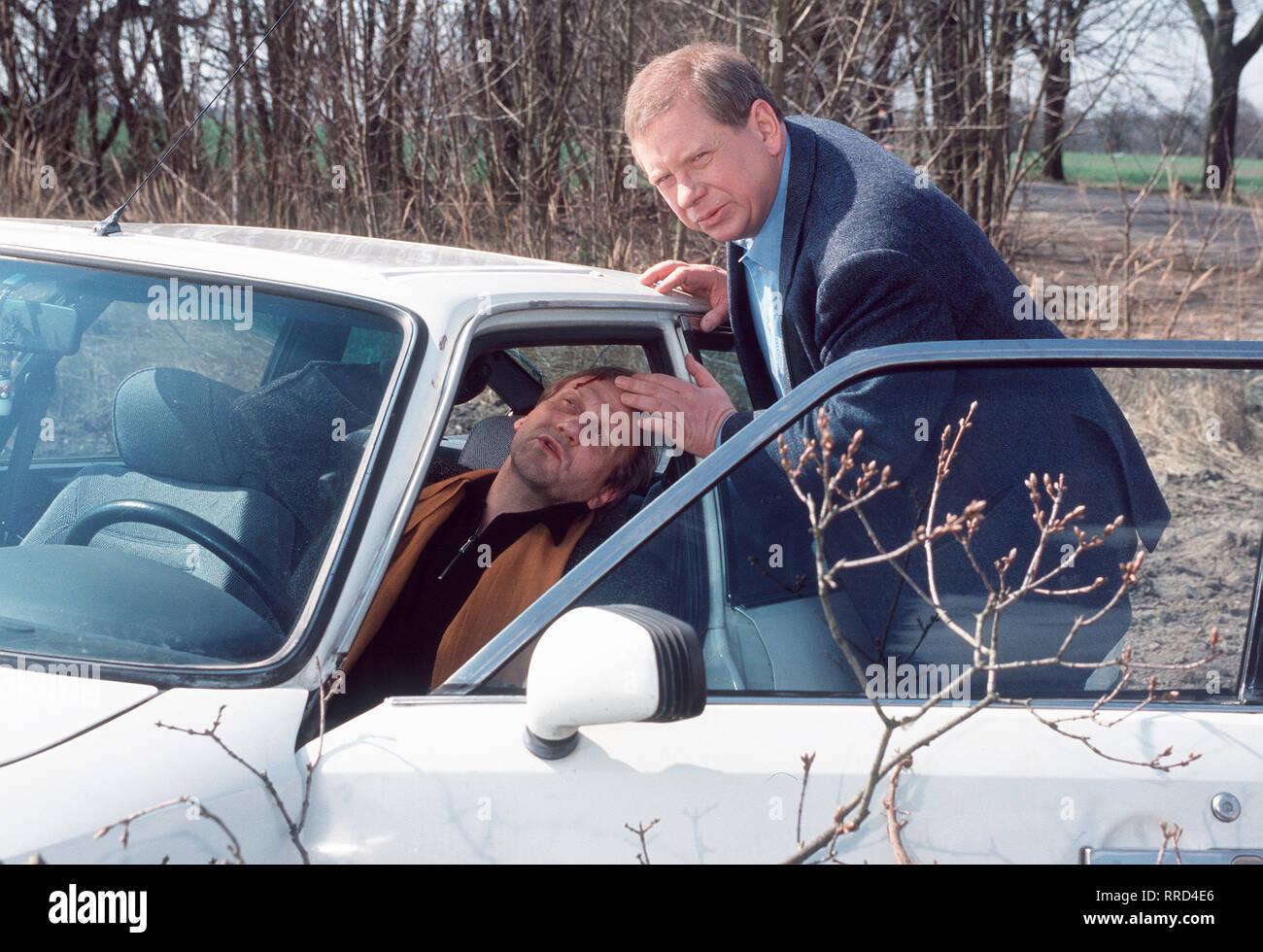 DR. SOMMERFELD - NEUES VOM BÜLOWBOGEN / Dr. Sommerfeld (RAINER HUNOLD, l.) wird Zeuge eines Autounfalls. Der Grafiker Arthur Kneisel (KARL KRANZKOWSKI) ist, abgelenkt durch ein geschäftliches Telefonat und eine Gruppe Motorradfahrer, gegen einen Baum gefahren. Der Fahrer entpuppt sich als Bruder von Renate Stotzke, eine von Sommerfelds Patientinnen. / VORRAT  / , DFAsommer / Überschrift: DR. SOMMERFELD - NEUES VOM BÜLOWBOGEN / D 2000 Stock Photo