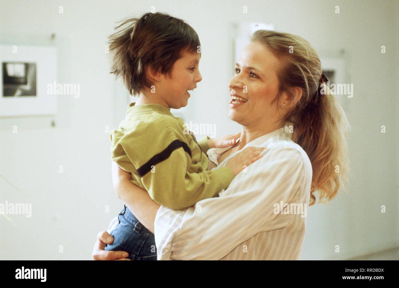 engel mit einem flügel -5 Elke und Hannes haben sich auseinandergelebt. Ihre Ehe zerbricht. Doch die Geschichte ihrer Ehekrise ist keine alltägliche, denn beide Kinder sind adoptiert. Das jüngste, der gerade dreijährige Rico, ist krank, geistig und Körperlich behindert. Foto: Elke (ARIANNE BORBACH) kümmert sich um ihren behinderten Sohn Rico (RICARDO VORHOLZ). Regie: Dagmar Wittmers / Überschrift: ENGEL MIT EINEM FLÜGEL / BRD 1990 Stock Photo
