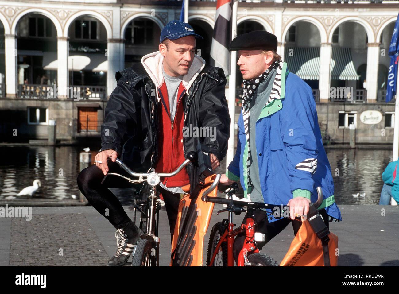 FAUST- Faust heuert bei einem Kurierdienst an, von dem ein Fahrradkurier überfahren wurde. Bei seiner ersten Fahrt findet er heraus, daß auch Kokain transportiert wird. Als auch auf die nächste Botin Ann-Katrin ein Anschlag verübt wird, kann Faust sie retten. Aber was hat sie mit dem Fall zu tun? Foto: Faust (HEINER LAUTERBACH, l.) und Dieter Heymann (BEN BECKER). Regie: Michael Mackenroth aka. Tödliche Route / Überschrift: FAUST / BRD 1994 Stock Photo