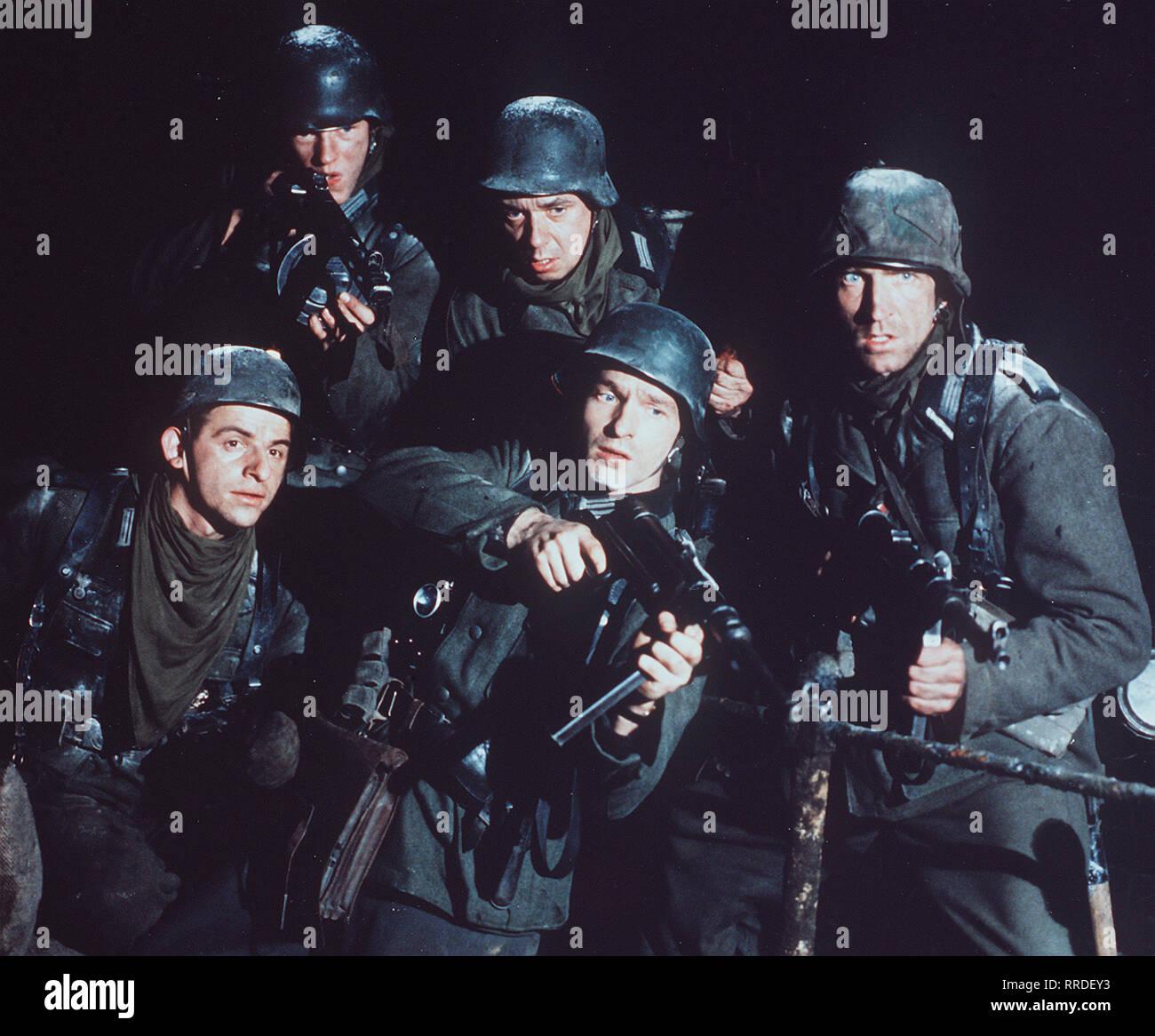 STALINGRAD / Ein Sturmbataillon der Wehrmacht wird im Sommer 1942 nach Rußland abkommandiert und in die Schlacht um die Industriestadt geschickt. Während die deutschen Soldaten sich in Mörderischen Häuserkämpfen aufreiben, umzingelt die Rote Armee die Stadt. Eine versprengte Gruppe Überlebender versucht zu desertieren. / DOMINIQUE HORWITZ - Fritz Reiser / SEBASTIAN RUDOLPH - Müller / HEINZ EMIGHOLZ / THOMAS KRETSCHMANN - Leutnant Hans von Witzland / JOCHEN NICKEL - Manfred Rohleder / 38348 / , 05DFAStalin2 / Überschrift: STALINGRAD / D 1992 Stock Photo