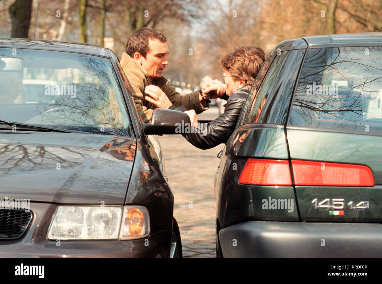KAMPFPLATZ STRASSE - Stuntman Mike (JEAN-PAUL BELMONDO) ist beruflich wie privat mit der attraktiven Jane (RAQUEL WELCH) liiert. Just am Tag ihrer Hochzeit sollen die beiden noch einen gefährlichen Action-Stunt übernehmen. Und so nimmt das Unglück seinen Lauf .... / Überschrift: KAMPFPLATZ STRASSE - Stock Image