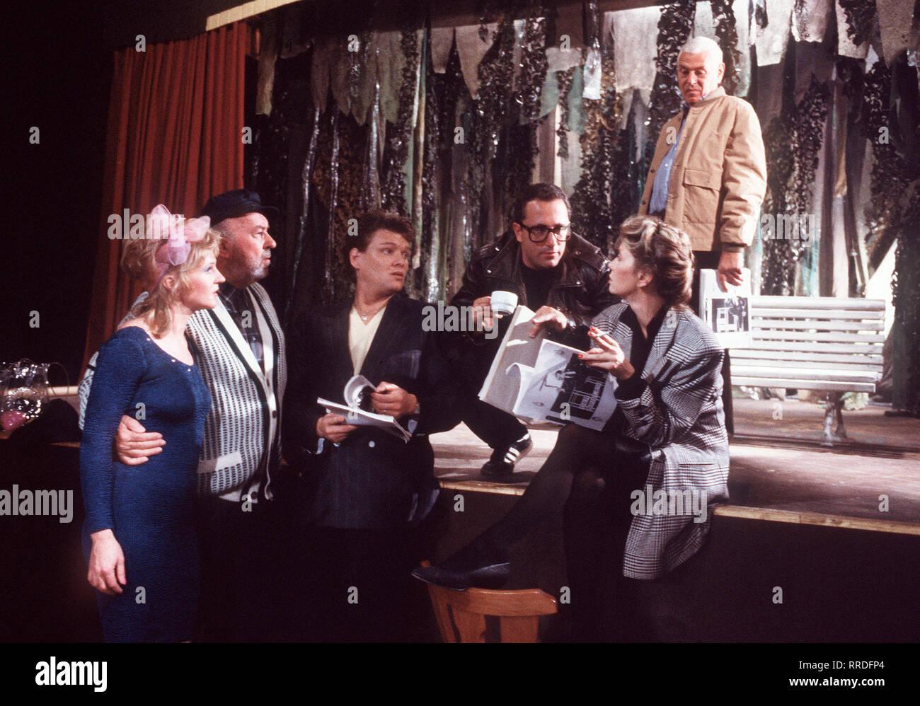 ZUR FREIHEIT Folge: Geld spielt keine Rolle Die fürchterliche Premiere des vom Hanse inszenierten Stücks hat die endgültige Wende gebracht: weg von der brotlosen Kunst zum risikolosen Kommerz. Dostojewski ist tot, es lebe der 'Jodler-Hias vom Achental' ... Foto vlnr.: Siglinde (THEKLA MAYHOFF), Kometen-Sepp (TONI BERGER), Solo (ERNST HANNAWALD), Hanse Weingartner (ROBERT GIGGENBACH), Margit (LISA KREUZER), Schwammberger (REINHOLD LAMPE). Regie: Franz Xaver Bogner 'Geld spielt keine Rolle' 19 / Überschrift: ZUR FREIHEIT - Stock Image