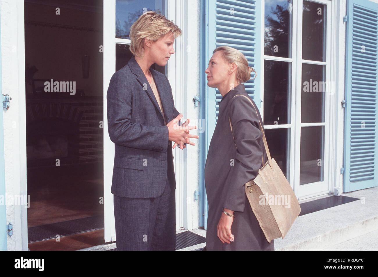 DIE BEISCHLAFDIEBIN- Petra (CONSTANZE ENGELBRECHT) hat ihre Koffer gepackt und ist dabei, Fransziska (NELE MUELLER-STÖFEN) wieder zu verlassen, doch ihre Schwester möchte sie zurückhalten ... Regie: Christian Petzold / Überschrift: DIE BEISCHLAFDIEBIN / BRD 1997 Stock Photo