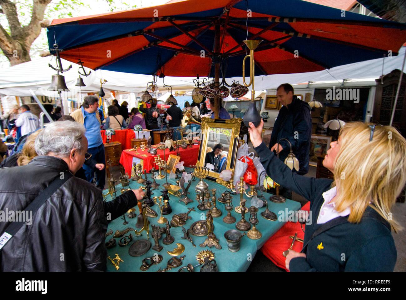 (c) Dirk A. Friedrich Im Stadtteil Trastevere befindet sich der bekannteste Markt Roms Porta Portes. Blonde Frau begutachtet ein Troete an einem Antiq - Stock Image