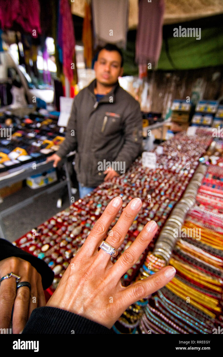(c) Dirk A. Friedrich Im Stadtteil Trastevere befindet sich der bekannteste Markt Roms Porta Portes. Im Vordergrund eine Frauenhand die einen Ring anp - Stock Image
