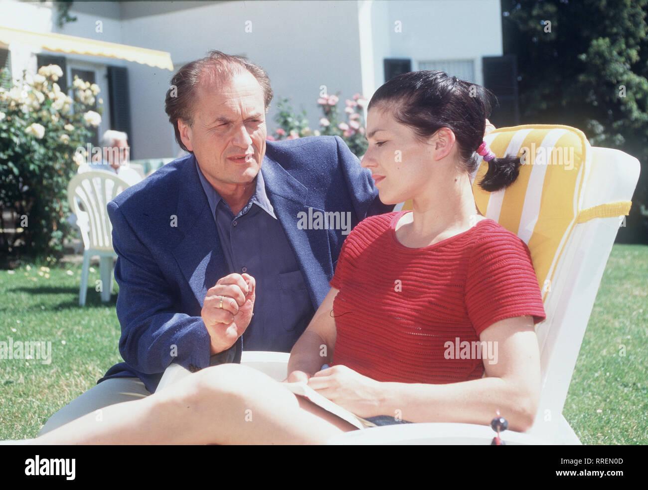 """KURKLINIK ROSENAU- In jeder Folge wird eine in sich abgeschlossene Patientengeschichte erzählt. Szene: Thomas Guttenberg (DIETRICH MATTAUSCH) will mit Eva (CLAUDIA SCHMUTZLER) über ihre """"Kurbeziehung"""" reden.  aka. Pilotfilm zur Familien-Serie / Überschrift: KURKLINIK ROSENAU / Deutschland 1995 Stock Photo"""