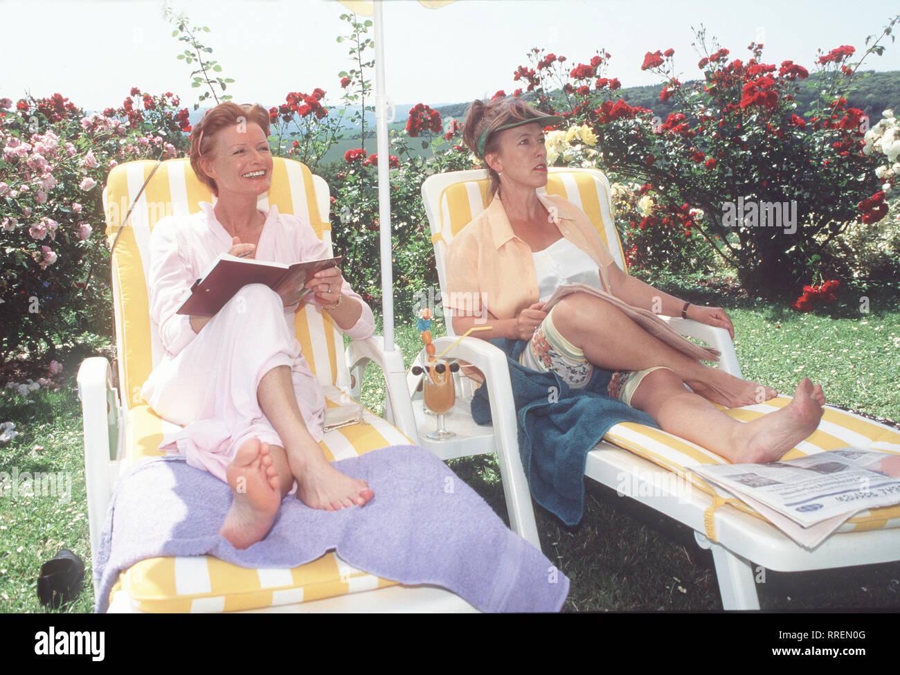 KURKLINIK ROSENAU- Szene mit Frau Merk (GERTIE HONECK) und Frau Krämer (ERIKA STROTZKI) - Die beiden Damen sind wie immer auf Männerschau.  aka. Pilotfilm zur Familien-Serie / Überschrift: KURKLINIK ROSENAU / Deutschland 1995 Stock Photo